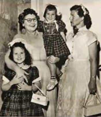 Засмяната Нани с дъщеря си и внуците си