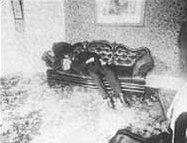 Андрю Бордън лежи мъртъв на дивана