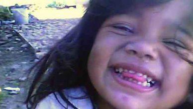 Момчета измъчват двегодишно момиченце
