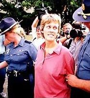 Полицията ескортира Даян