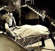 Изнасянето на телата от дома на Кемпер