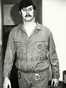 Ед Кемпер в затворническа униформа