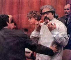 След прочитането на решението Дейвис показал на залата два предизвикателни средни пръста
