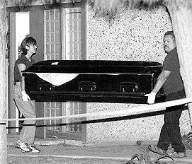 Полицията изнася ковчезите