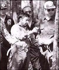 Гаскинс показва гробището си на полицията