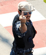 Джони Деп показва среден пръст на папараците