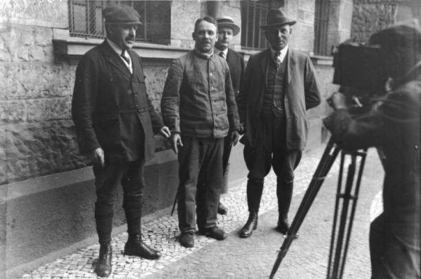Фриц Хаарман (в средата) с полицейските детективи. Ноември 1924г.