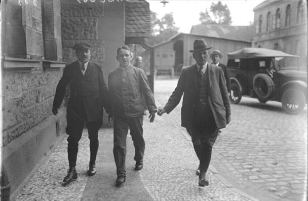 Фриц Хаарман е съпровождан към съда от полицията