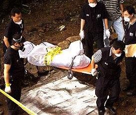 Полицията изравя телата