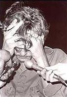Уейн Хенли крие лицето си