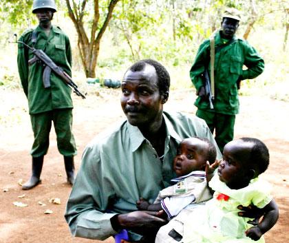 Джоузеф Кони държи две от децата си
