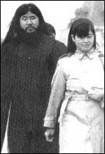 Асахара и съпругата му в Москва