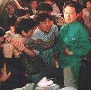 Хидео Мураи се държи за стомаха след удара