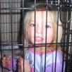 Шотландско семейство държи децата си в клетки