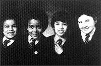 (отляво надясно) Роузмари мл., Тари, Бари Уест и негов приятел от улилище