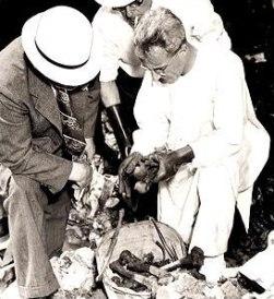 Доктор Гербер (в бяло) разглежда останките