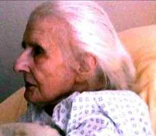 Предполага се, че жената на снимката е Леа Папен през 1999г.