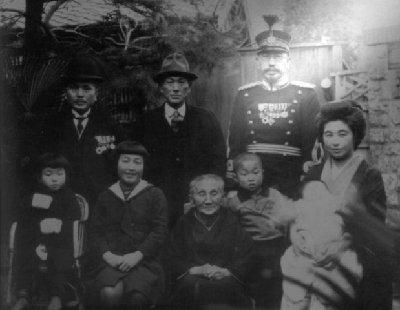 Широ Ишии със семейството си