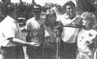 Шериф Метс и семейство Смит пред дома им се молят за завръщането на Шари
