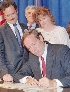 Морийн Канка наблюдава подписването на Закона на Мегън