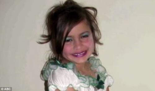 8-годишната Бритни, подготвена за детски конкурс за красота