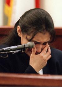 Даян плаче по време на показанията си в съда