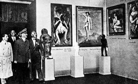 """Хитлер, Гьобелс и Адолф Циглер разглеждат изложба на """"изродено"""" изкуство"""