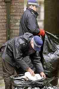 Полицаите претърсват кофите за боклук