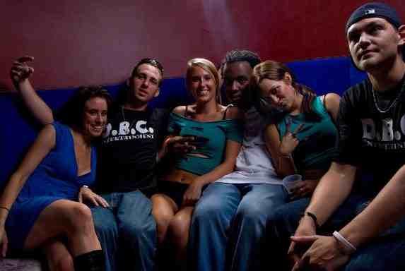 Кейси Антъни (вляво) се забавлява в дискотека след изчезването на детето си