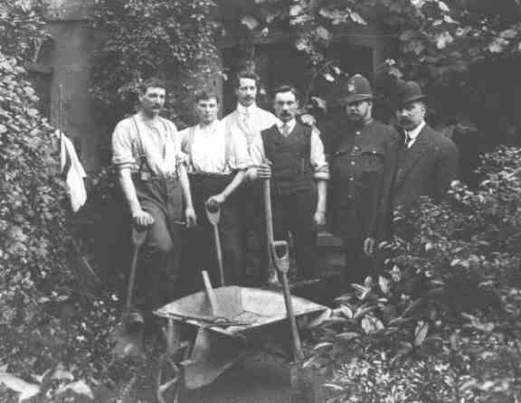 Градината на д-р Крипън. Инспектор Дю е най-вдясно.