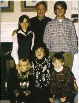 Семейна снимка с децата от предишния брак на Джон - Мелинда (горе вляво) и Джон Андрю (горе вдясно)