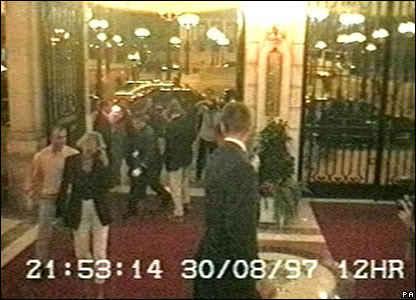 """В 21:53 часа Дурну спира пред """"Риц"""" и Даяна и Доди си пробиват път през тълпата папараци, за да стигнат до ресторанта на хотела."""