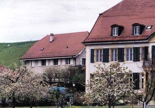 Сградите на старческия дом, в който работят Ганчо и съпругата му. Техният дом е на една крачка отзад. Снимка: Иван Бакалов
