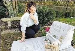 Патси на гроба на дъщеря си
