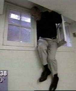 Лу Смит демонстрира как похитителят е влязъл в мазето