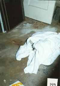 Бялото одеяло, с което е покрито тялото на Джонбеней