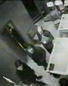 Доди (в средата) разглежда бижута в бижутерския магазин