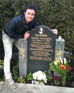 Емануел прегръща гроба на Рейчъл на рождения й ден