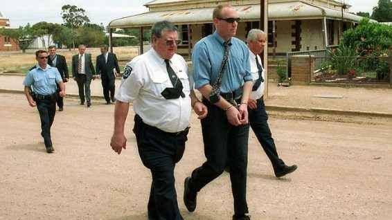 Робърт Джо Уагнър, придружаван от полицията на път към съда