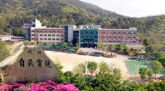 Гимназията Сонг сан, зад която лежи планината Уарйонг
