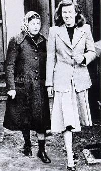 Полин и Джулиет напускат сградата на съда в Крайстчърч