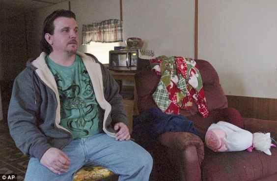 Майкъл Плъмадор позира до фотьойла, където Алиана е заспала преди да я убие.