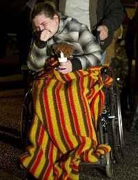Тара Соудърс в инвалиден стол, бутана от своя втори баща – Дейвид Стори, след като става ясно, че дъщеря й е убита.