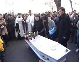 Погребали младото момиче с бяла булчинска рокля в бял ковчег на 31 март 2012 година