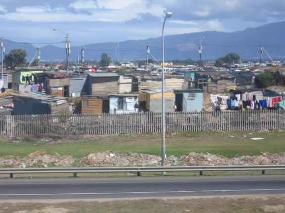 Животът в гетата е крайно несигурен и мизерен; хората живеят в колиби без електричество, топла вода и отопление