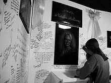 Млада жена подписва молитва на стена, направена по време на издирването на Натали.