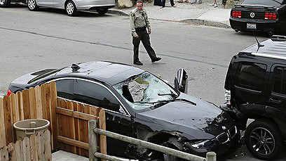 Елиът Роджър забива БМВ-то в спряла до тротоара кола