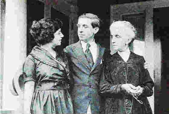 Чарлз Понци, неговата съпруга и майка му пред дома им в Лексингтън