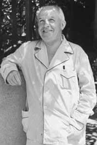 Чарлз Понци позира по пижама през 1942 година