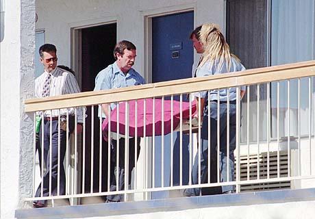 Полицията изнася тялото на Уейн Кук
